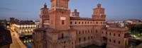 Ferrara, eine Stadt im Herzen der Po-Ebene, die Atmosphäre wundervoller Straßen und Gebäude, die vor langer Zeit nach menschlicher Dimension entworfen wurden und heute den harmonischen Hintergrund eines lebhaften und bunten Treibens darstellen.