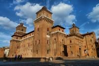 Im Jahr 1385 kam es in Ferrara zu einer gefährliche Revolte, die den Markgrafen Niccolò II. d'Este dazu veranlasste, eine mächtige Verteidigungsanlage für sich und seine Familie errichten zu lassen.