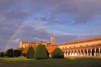 Edificado en el siglo XV, este gran monasterio fue mas tarde complementado por una gran iglesia, Chiesa di San Cristoforo, atribuida a Biagio Rosetti.
