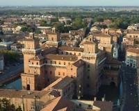 Durante toda la Edad Media y casi todo el siglo XV, el limite septentrional de la ciudad corria a lo largo del actual eje Viale Cavour- Corso Giovecca.