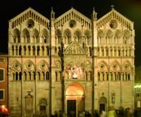 ENTRÉE INTERDITE POUR TRAVAUX DU 4 MARS 2109. FAÇADE COUVERTE JUSQU'À UNE DATE INDÉTERMINÉE. La cathédrale de Ferrare, dont la construction débuta au XIIe siècle, porte l'empreinte de toutes les époques de l'histoire de Ferrare.