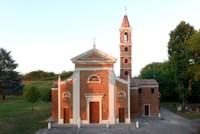 Isolato dalla borgata e preceduto da un verde filare di pioppi, sorge il Santuario della Madonna della Pioppa, che conserva ancora oggi, come un tempo, i caratteri di raccolta intimità nel silenzio della campagna.