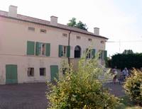 Nella suggestiva piazzetta della frazione o in prossimità di essa si riscontrano diverse emergenze degne di menzione: la Casa Ariosto, che appartenne a Virgilio, chierico e nobile, figlio del poeta Ludovico.