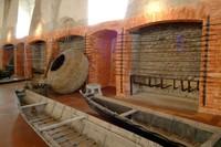 L'antica Manifattura dei Marinati rappresenta un pezzo importante della storia di Comacchio, perché ha rimesso in moto l'intero ciclo di lavorazione delle anguille e delle acquadelle.