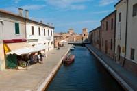 Passeggiare in una splendida città sull'acqua, lungo i canali e i ponti che uniscono i suggestivi quartieri con le case a schiera a tinte pastello che nascondono i lunghi corridoi che conducono alle corti interne.