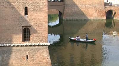 Romantico giro in barca nel fossato del castello