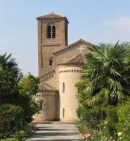 La chiesa, dedicata ai S.S. Vito, Modesto e Crescenzio, risale al 1027 ma fu costruita sui resti di un'edificio più antico.